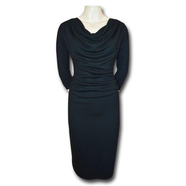 Sort kjole med vandfaldskrave