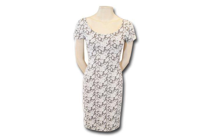 Kjole med hvide blomster